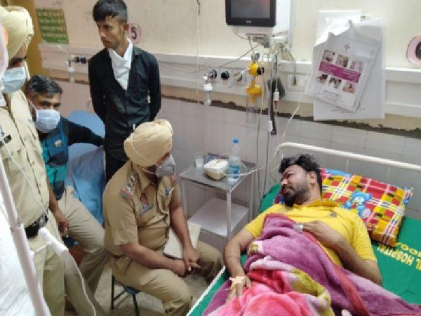 मोगा के सरकारी अस्पताल में भर्ती हमले में घायल अमित पुरी के बयान दर्ज करते थाना सिटी-1 के प्रभारी गुरप्रीत सिंह और अन्य। - Dainik Bhaskar
