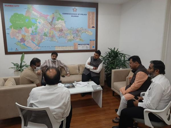 मुंबई के BKC पुलिस स्टेशन पहुंचे पूर्व CM देवेंद्र फडणवीस और दूसरे नेता।