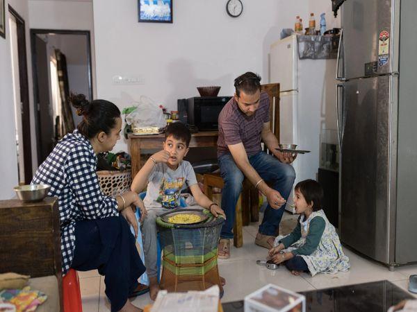 दिल्ली के पास नोएडा में महामारी के कारण आर्थिके संकट झेल रहा एक मध्यमवर्गीय परिवार। - Dainik Bhaskar