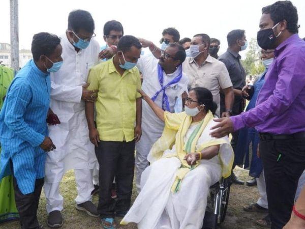 कूचबिहार में हिंसा के बाद CM ममता बनर्जी मृतकों के परिजनों से मिलने पहुंची थीं। उन्होंने इसके लिए BJP को जिम्मेदार ठहराया था।