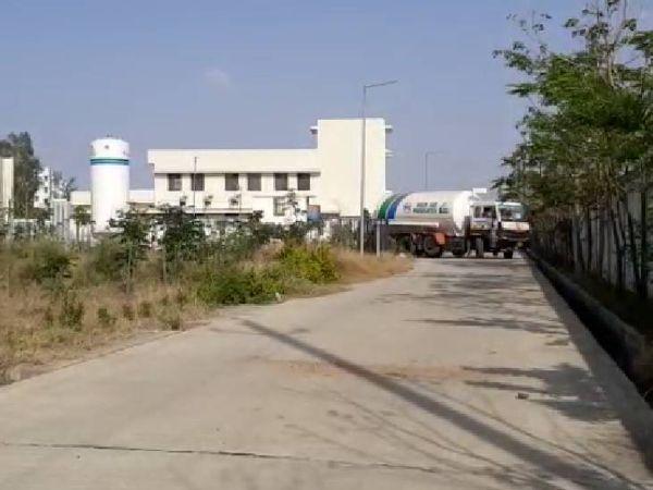शहडोल मेडिकल कॉलेज में 17 घंटे बाद पहुंचा ऑक्सीजन टैंकर।