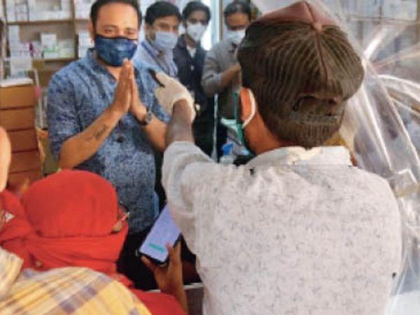 पुट्ठा मिल स्थित एक मेडिकल स्टोर पर शनिवार को रेमडेसिविर लेने के लिए एक युवक बैरसिया से आया। इंजेक्शन नहीं मिलने पर उसने संयुक्त कलेक्टर से बात करने को कहा तो दुकानदार ने हाथ जोड़ लिए। कहा-स्टॉक नहीं है। मैं किसी से बात नहीं कर सकता। - Dainik Bhaskar