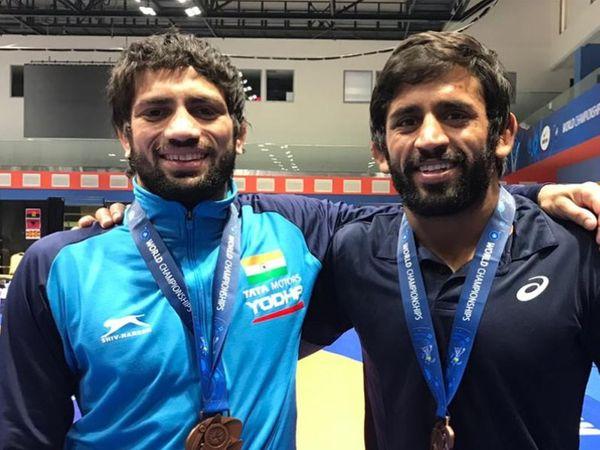 रवि कुमार ने 57 किलो वेट में एशियाई कुश्ती चैम्पियनशिप में गोल्ड मेडल जीता। बजरंग पूनिया को सिल्वर मेडल से ही संतोष करना पड़ा। - Dainik Bhaskar
