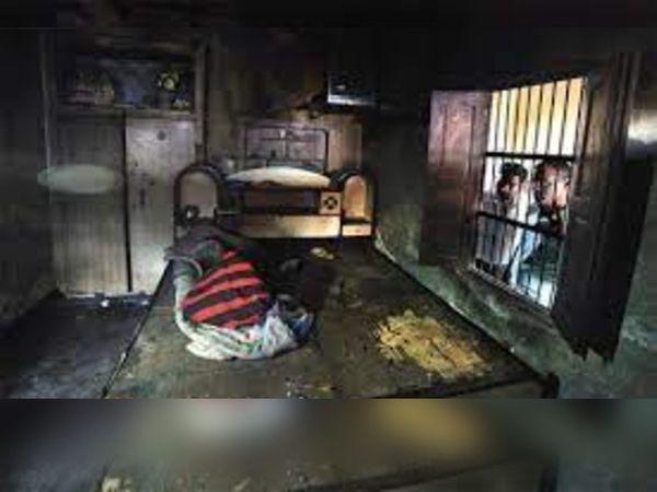 कमरे में जला हुआ बैड, जिस पर जितेंद्र, उसकी पत्नी और दो बच्चे सोए हुए थे।
