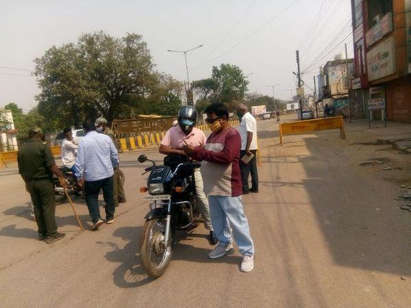 भिलाई शहर में पुलिस ने अलग-अलग जगहों पर चेकिंग प्वाइंट लगाया है जहां आने-जाने वालों को रोक कर उनसे पूछताछ की जा रही है।