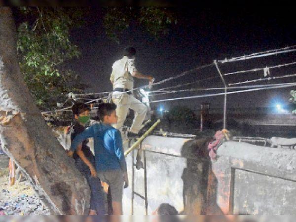 बंदियों के दोबारा पकड़े जाने के बाद पुलिस पिटाई का वीडियो हुआ वायरल। - Dainik Bhaskar