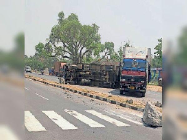 रजला के पास पलटा ट्रक।