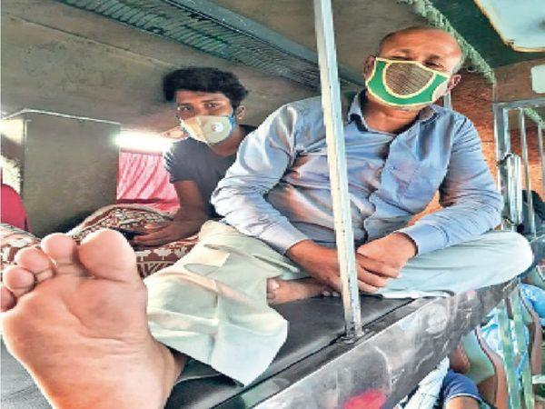 एडवांस रुपए देकर बिहार से लाए गए मजदूरों को अब फैक्ट्री मालिक किराया देकर वापस घर भेज रहे हैं। - Dainik Bhaskar