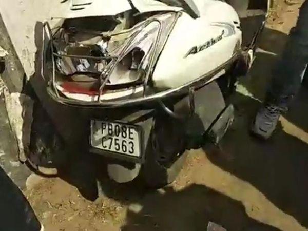ट्रक की टक्कर से क्षतिग्रस्त हुआ एक्टिवा का पिछला हिस्सा। - Dainik Bhaskar