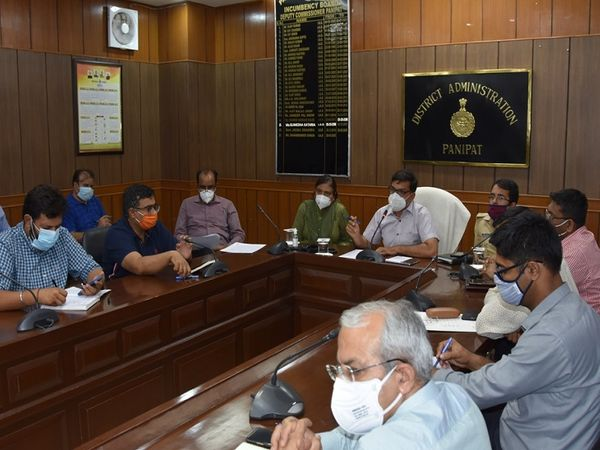 कोरोना को लेकर बैठक में शामिल DC - Dainik Bhaskar