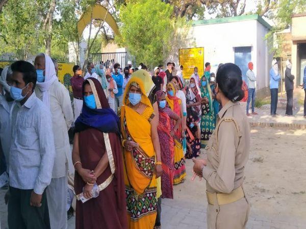 मतदान स्थल प्राथमिक विद्यालय कोईराजपुर में मतदान के लिए लंबी लाइन लगी। - Dainik Bhaskar