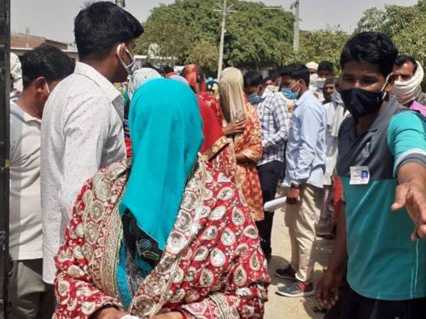 बरेली में मतदान के लिए पहुंची महिला।