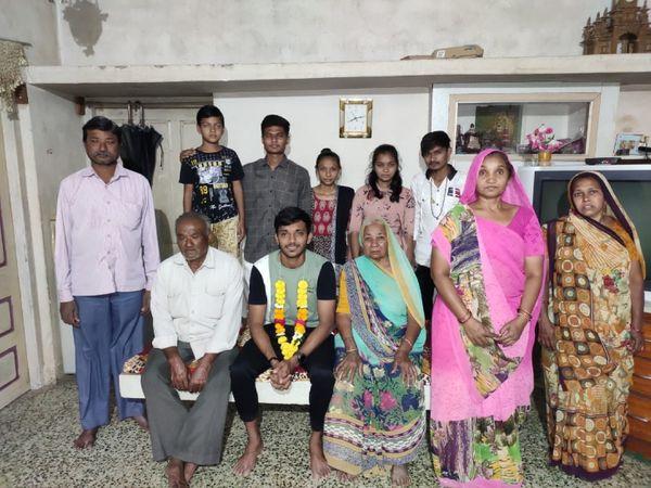 अपने परिवार के साथ चेतन। चेतन का परिवार गुजरात के भावनगर में रहता है।