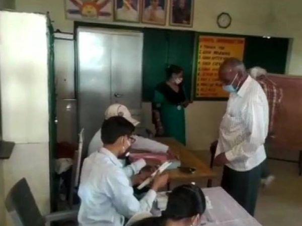 अमरोहा के असगरीपुर में उत्तर प्रदेश पंचायत चुनाव के दूसरे चरण के लिए मतदान चल रहे हैं।