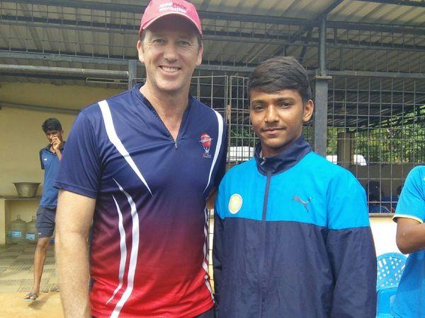 ऑस्ट्रेलिया के दिग्गज गेंदबाज ग्लेन मैकग्रा के साथ चेतन सकारिया।