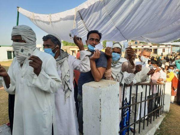 बिजनौर में मतदान करने के लिए लगी लंबी लाइन।