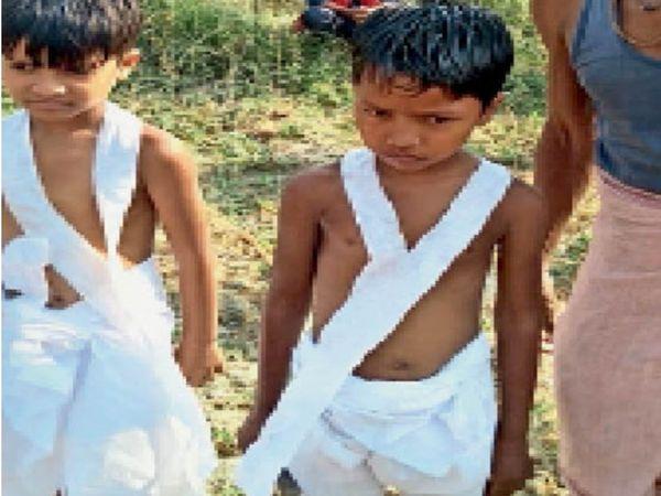 सड़क दुर्घटना में मृत दोनों सगे भाईयों की चिता को मुखाग्नि देते दोनों के पुत्र। - Dainik Bhaskar