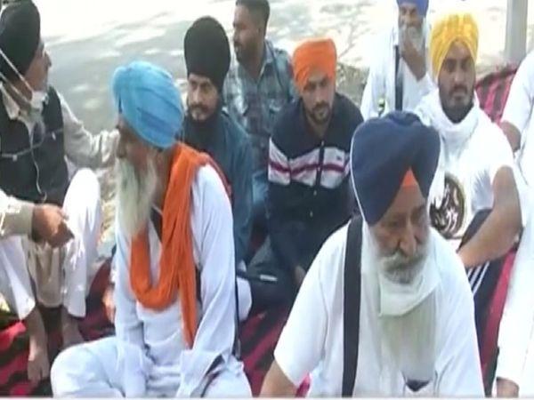 सिख प्रबंधक जत्थेबंदियों ने हाईकोर्ट के बार सांकेतिक धरना दिया लेकिन पुलिस ने इन्हें गिरफ्तार कर लिया - Dainik Bhaskar