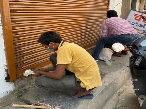 रायपुर के मौदहापारा, चंगोराभाटा इलाके की दुकानों को सील किया गया।