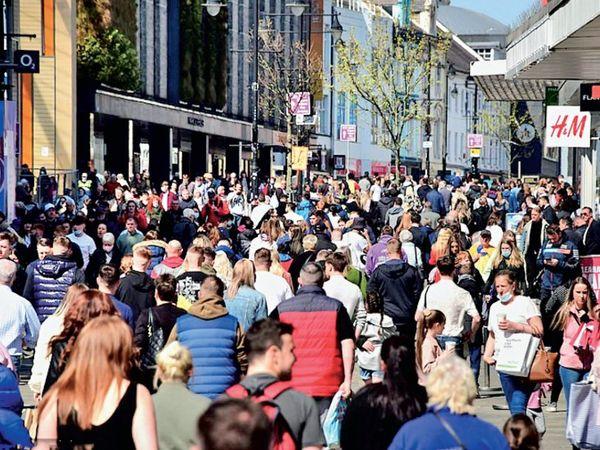 भीड़ को देखते हुए सरकार द्वारा दी गई छूट चिंता का विषय बन गई है।