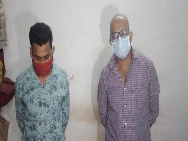पुलिस हिरासत में डॉक्टर और उसके साथी कुलेश्वर। भिलाईमें 16 अप्रैल को आकाशगंगा सुपेला से रेमडेसिविर की कालाबाजारी करते दो आरोपियों को पकड़ा गया था। - Dainik Bhaskar