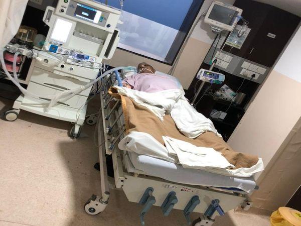 पटना के पारस हॉस्पिटल में इलाज के दौरान मेवालाल चौधरी। - Dainik Bhaskar