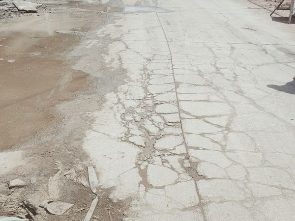 सड़क कई जगह टूट गई, दरारेंं आ गई - Dainik Bhaskar
