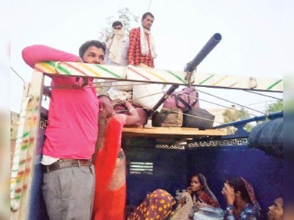 रेवाड़ी से पिकअप में सवार होकर अपने घर जाते श्रमिक। - Dainik Bhaskar
