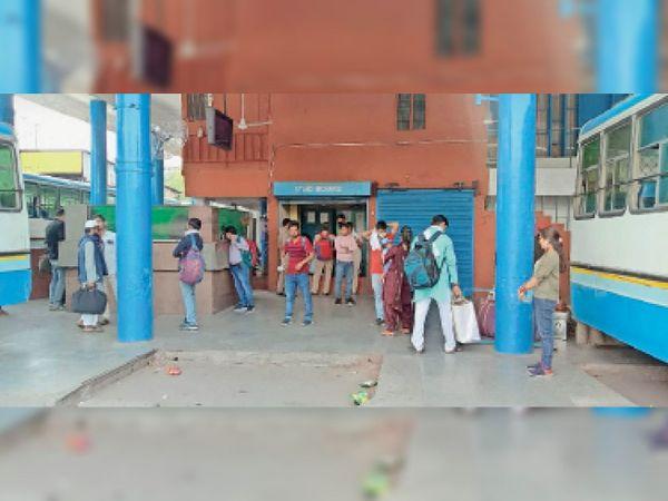 घर जाने के लिए पानीपत बस स्टैंड पर पहुंचे प्रवासी मजदूर। - Dainik Bhaskar
