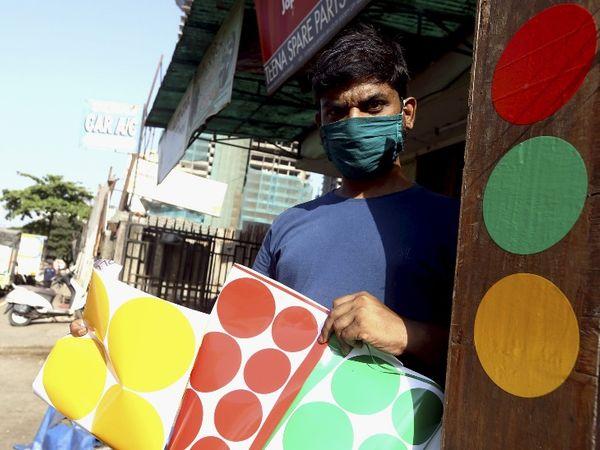 मुंबई में बाहर घूमने वाले वाहनों पर लगाम के लिए पुलिस का स्टीकर अभियान जारी है।