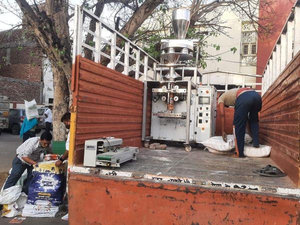 पलवल। पुलिस द्वारा जब्त की गई सामग्री। - Dainik Bhaskar