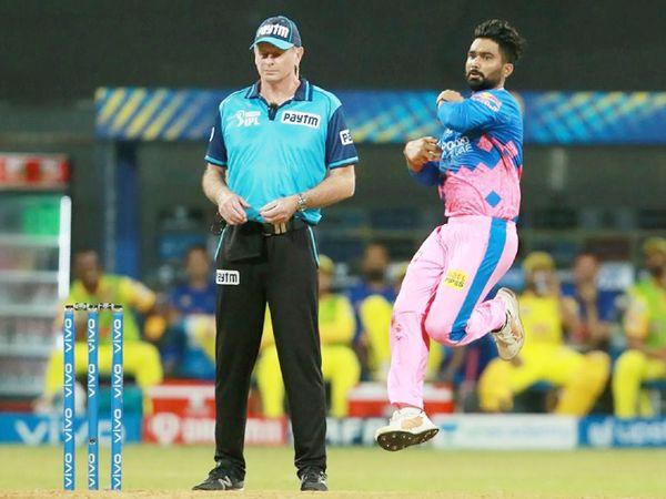 राहुल तेवतिया ने अपने पहले ही ओवर में मोइन अली को पवेलियन भेजा। यह उनका सीजन में पहला विकेट भी रहा।