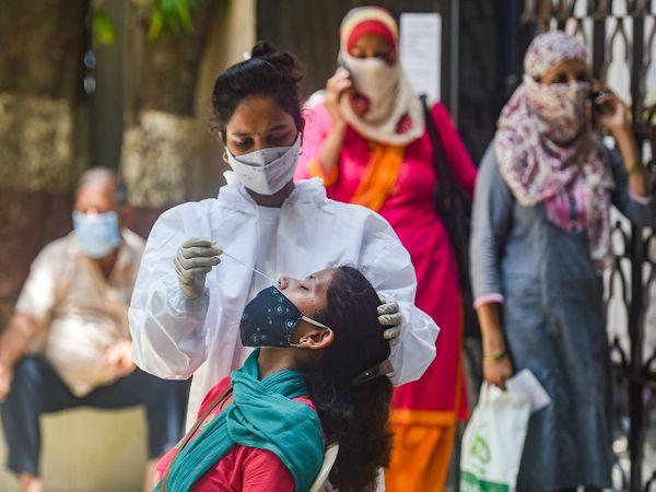 मुंबई में सार्वजनिक जगहों पर कोरोना टेस्टिंग शुरू की गई है। कोरोना की पहली वेव में सार्वजनिक टेस्टिंग से संक्रमण को कम करने में बड़ी मदद मिली थी।