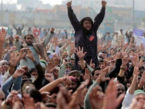 रविवार को लाहौर में सरकार विरोधी प्रदर्शन के दौरान तहरीक-ए-लब्बैक का एक कार्यकर्ता। - Dainik Bhaskar