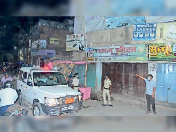 शहर में दुकान बंद कराते एसडीपीओ। - Dainik Bhaskar