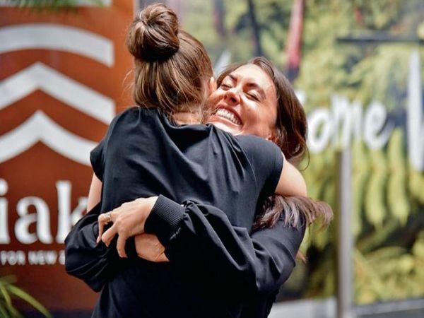 ऑस्ट्रेलिया-न्यूजीलैंड के बीच ट्रैवल बबल समझौता हो गया है। अब लोग बिना क्वारेंटाइन हुए आना-जाना कर सकेंगे। पाबंदियां हटने के बाद कई परिवार महीनों बाद अपनों से मिले। - Dainik Bhaskar