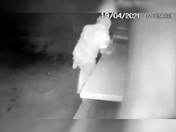 सीसीटीवी फुटेज में दिखा चोर। - Dainik Bhaskar