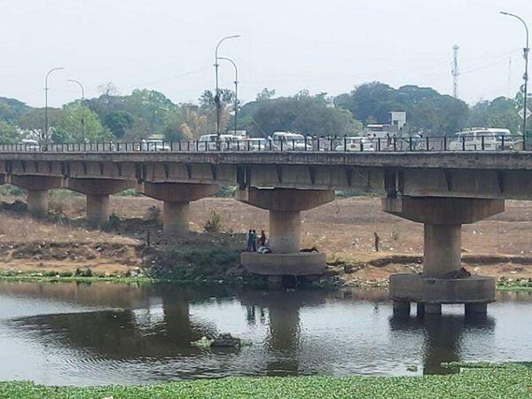 इसी पुल से महिला ने छलांग लगा दी थी।  आस-पास मौजूद लोगों ने उसे बचाया।