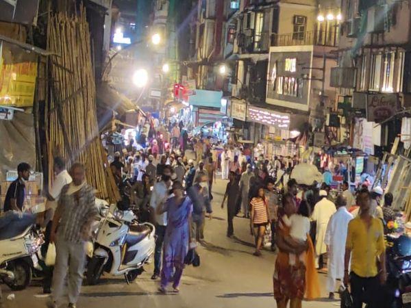 मुंबई की भिंडी बाजार की यह तस्वीर रात 10 बजे की है। बाजारों में भारी भीड़ है और किसी के चेहरे पर मास्क नहीं दिख रहा है।
