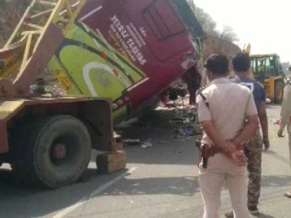 घटना के बाद मौके पर पड़ी क्षतिग्रस्त बस। - Dainik Bhaskar
