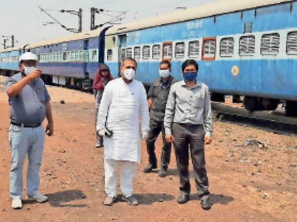 नगर विधायक पांडेय रेलवे कोविड कोच की स्थिति देखते हुए। - Dainik Bhaskar