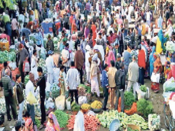 ऐसी भीड़ तो बंद होंगी मंडियां - Dainik Bhaskar