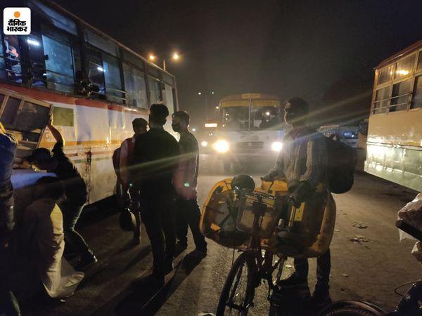 बसों के अलावा कुछ ऐसे भी हैं, जो साइकिलों पर सामान लादकर निकल पड़े हैं। बस का किराया बचेगा तो पैसे कुछ दिन घर चलाने के काम आएंगे।
