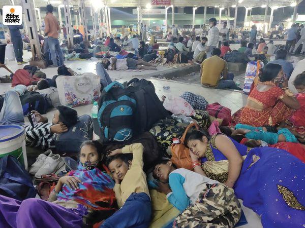 न बस है और न अभी टिकट हुआ है। न जाने कब तक इंतजार करना पड़े इसलिए बच्चों के साथ स्टेशन की जमीन को ही बिछौना बनाकर सो गए।
