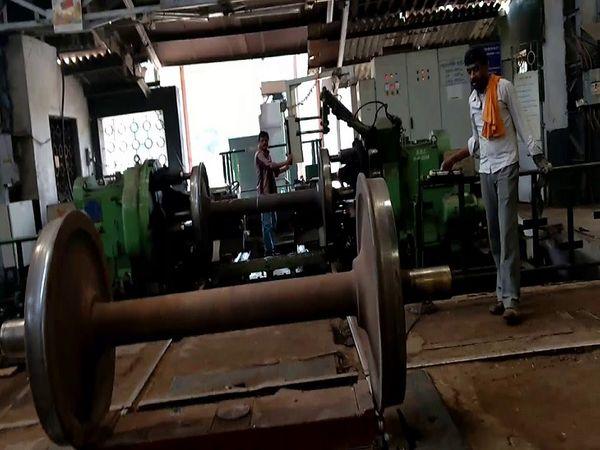 तस्वीर रायपुर की। वैगन रिपेयर शॉप में ट्रेन की मरम्मत से जुड़े काम होते हैं।