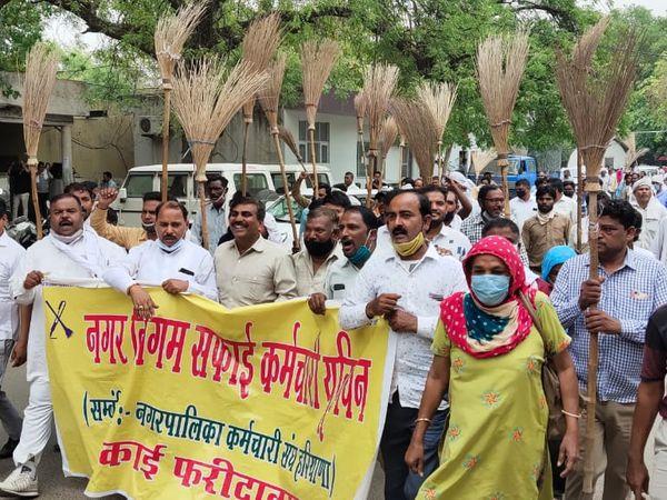 फरीदाबाद। वेतन की मांग को लेकर प्रदर्शन करते कर्मचारी। - Dainik Bhaskar