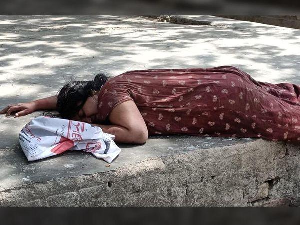 भागलपुर के मायागंज अस्पताल में पति की मौत के बाद रोकर बेसुध हुई महिला। इनके पति खगड़िया निवासी वकील युगल किशोर (48 साल) की मंगलवार सुबह कोरोना से मौत हो गई। - Dainik Bhaskar