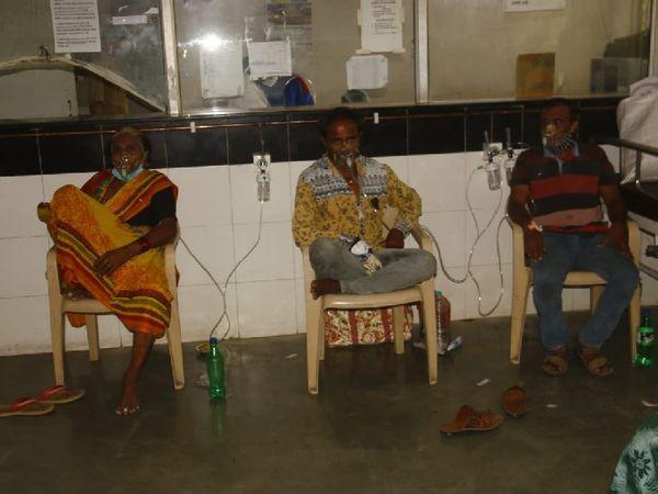 सरकारी अस्पताल में मरीजों को कुर्सियों पर बैठाकर इस तरह से ऑक्सीजन दी जा रही है।