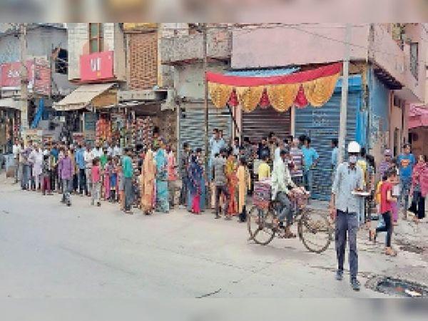 फरीदाबाद. रेलवे रोड पर बेखौफ होकर भंडारे में जुटे लोग। - Dainik Bhaskar