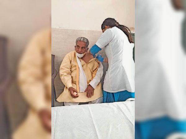 पानीपत. पूर्व मंत्री कृष्ण लाल पंवार वैक्सीन लगवाते हुए। - Dainik Bhaskar